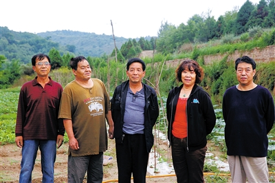 """留守在""""延安风华北京知青林""""的五个老知青合影。林树彬、潘建国、周福生、傅和平、张文川。(从左起)"""