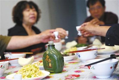 """晚上吃饭时他们往往会聚在一起,像以前集体生活的样子。高兴时会拿出他们自己出品的""""老知青酒""""喝一杯。"""