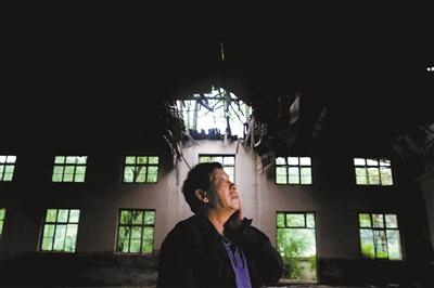 周福生在废弃多年的五七干校礼堂旧址陷入沉思,他正琢磨如何将这里翻建成集教学、会议、展览等为一体的综合大厅。